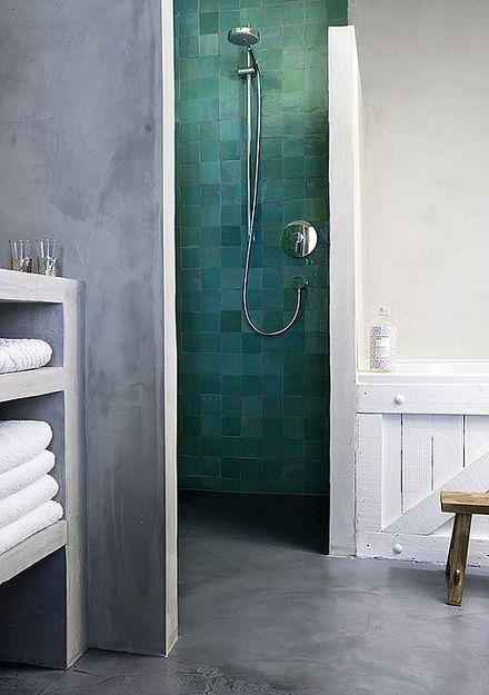 Otwarta przestrzeń prysznica oddzielona ścianką