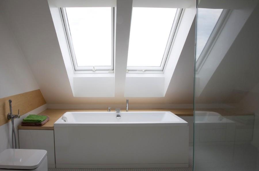łazienka na poddaszu wanna pod oknem dachowym