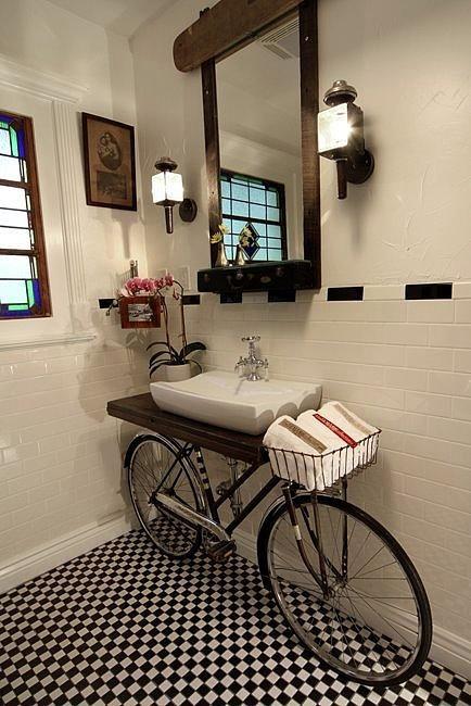Umywalka zainstalowana na rowerze