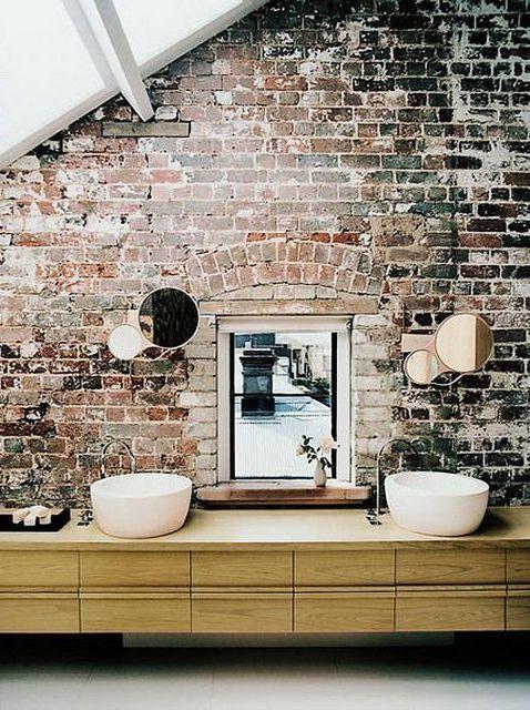 Ściana z cegły w łazience