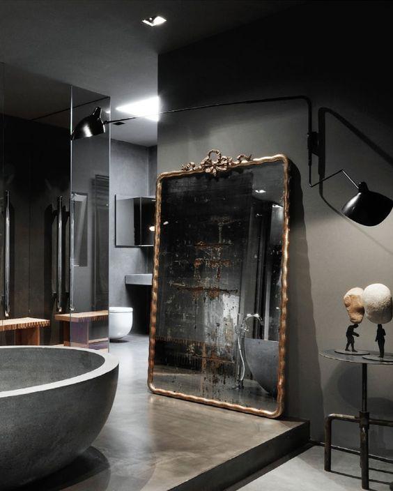 Szara łazienka z lustrem retro na podłodze