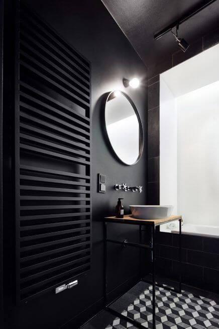 Czarny grzejnik do czarnej łazienki